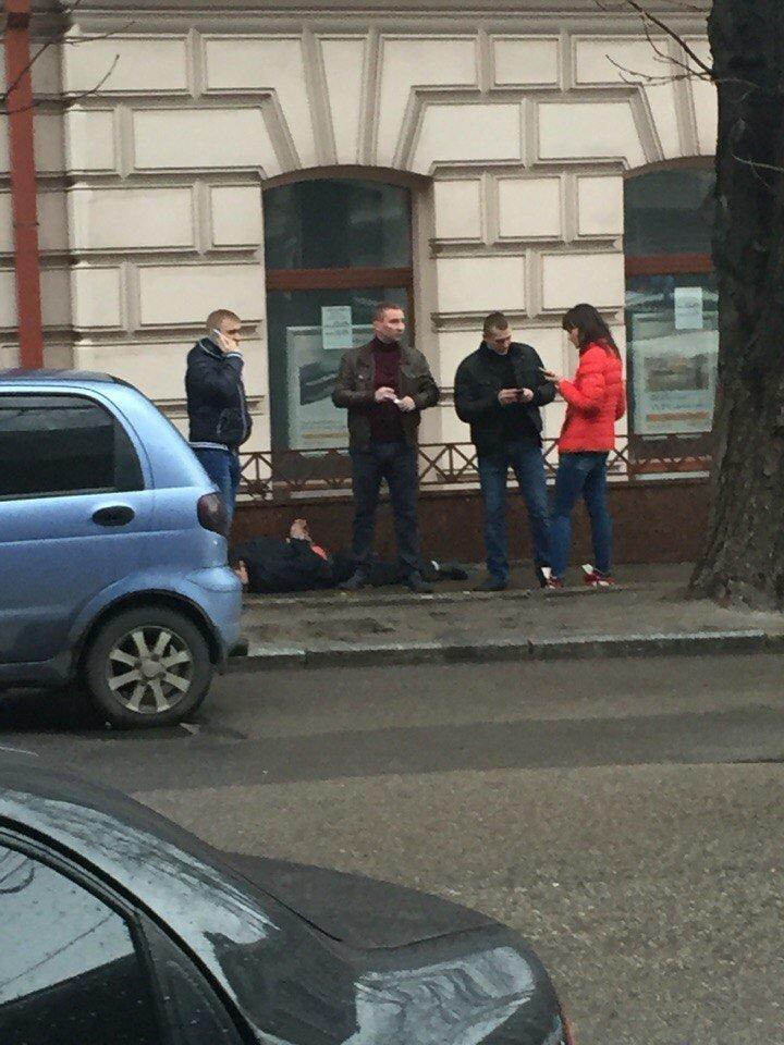 В Днепропетровске автомобиль так спешил оторваться от полицейского преследования, что врезался в дерево (фото) - фото 3