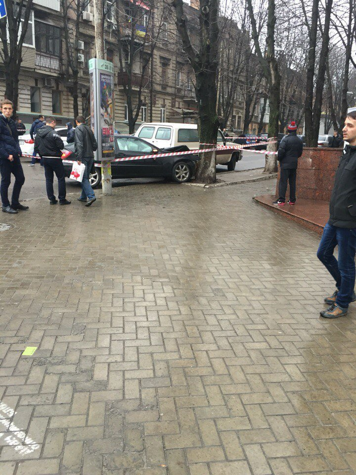 В Днепропетровске автомобиль так спешил оторваться от полицейского преследования, что врезался в дерево (фото) - фото 2