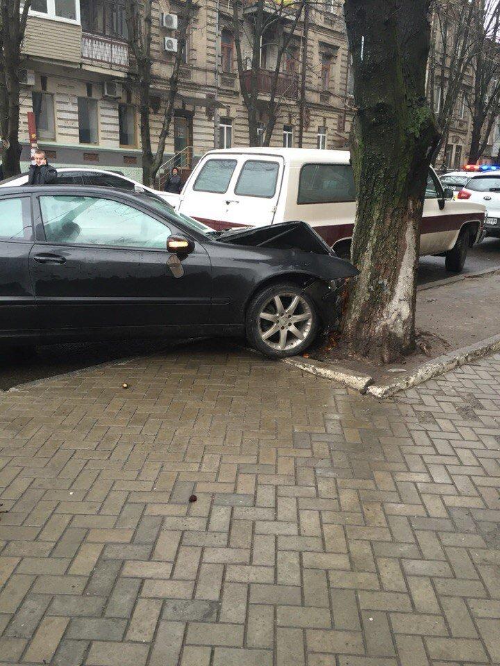 В Днепропетровске автомобиль так спешил оторваться от полицейского преследования, что врезался в дерево (фото) - фото 4