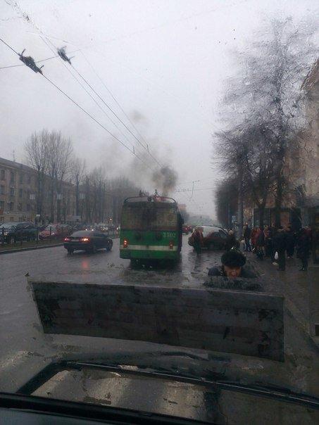 На проспекте Науки загорелся троллейбус (ФОТО) (фото) - фото 1