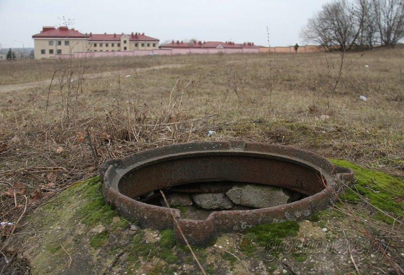 Фотофакт: в Гродно на улице Карской с прошлого года открыт канализационный люк - совсем рядом ходят люди (фото) - фото 1