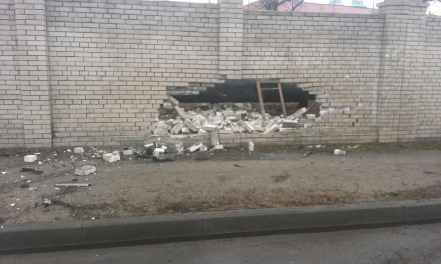 ДТП на Наб. Заводской: Opel наехал на кирпичное ограждение (ФОТО) (фото) - фото 2