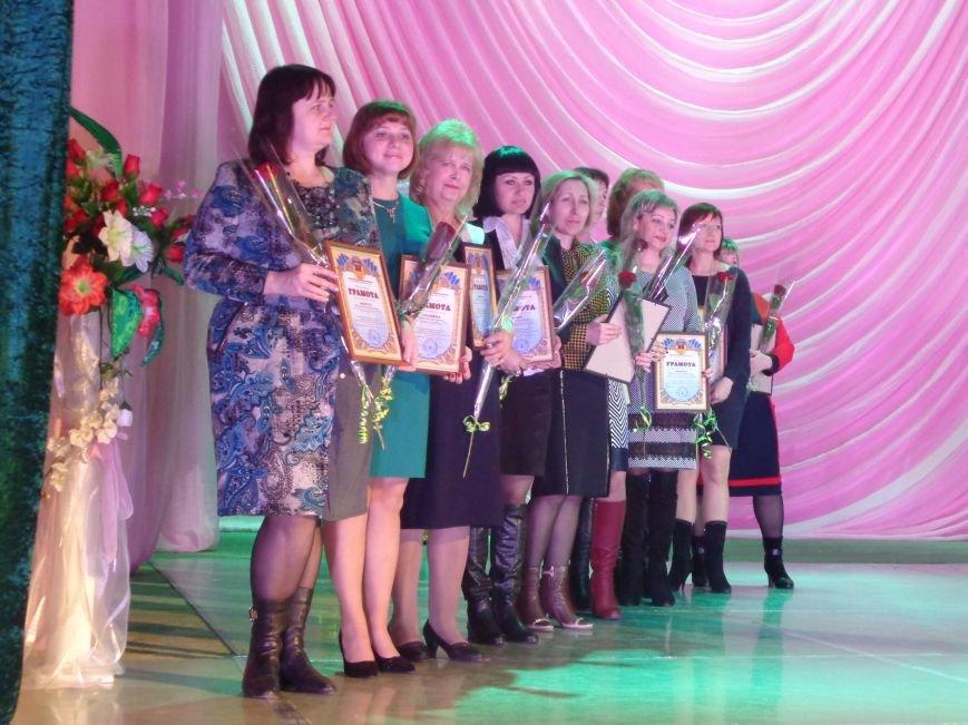 В Красноармейске прошел зрелищный праздничный концерт, приуроченный к 8 марта (фото) - фото 7