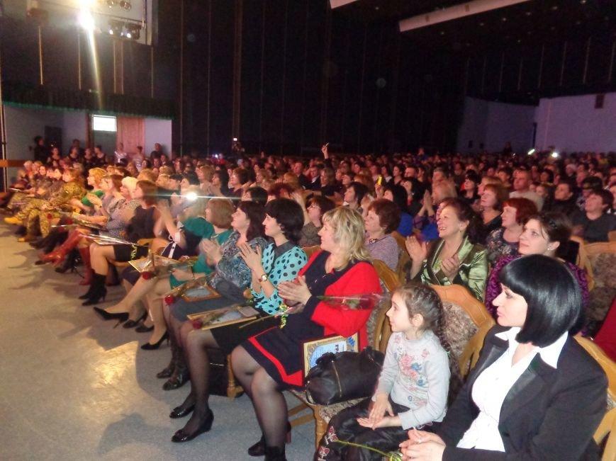 В Красноармейске прошел зрелищный праздничный концерт, приуроченный к 8 марта (фото) - фото 16