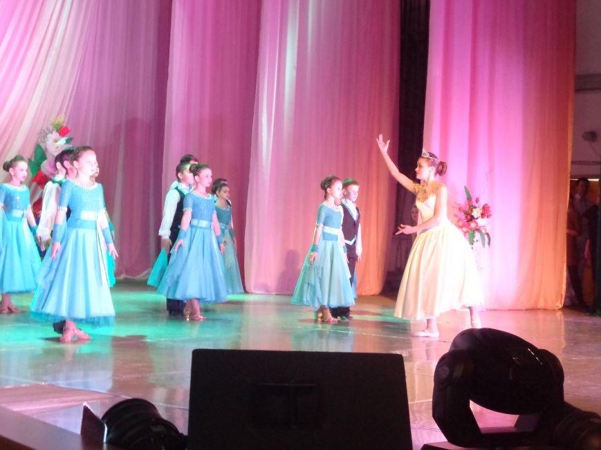 В Красноармейске прошел зрелищный праздничный концерт, приуроченный к 8 марта (фото) - фото 1