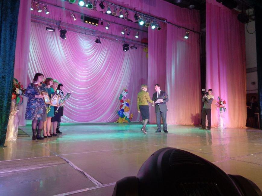 В Красноармейске прошел зрелищный праздничный концерт, приуроченный к 8 марта (фото) - фото 5