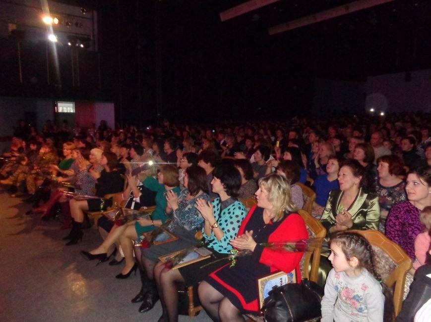 В Красноармейске прошел зрелищный праздничный концерт, приуроченный к 8 марта (фото) - фото 17