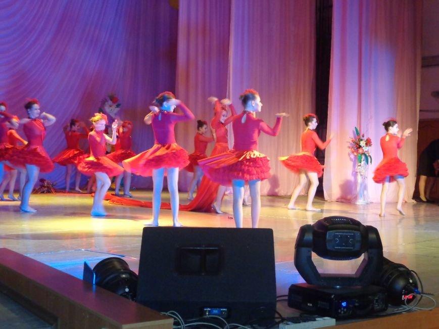 В Красноармейске прошел зрелищный праздничный концерт, приуроченный к 8 марта (фото) - фото 12