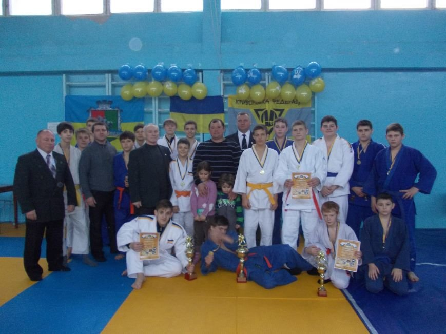 Олег Бойченко в центре в темном свитере - награждение победителей городских соревнований по самбо