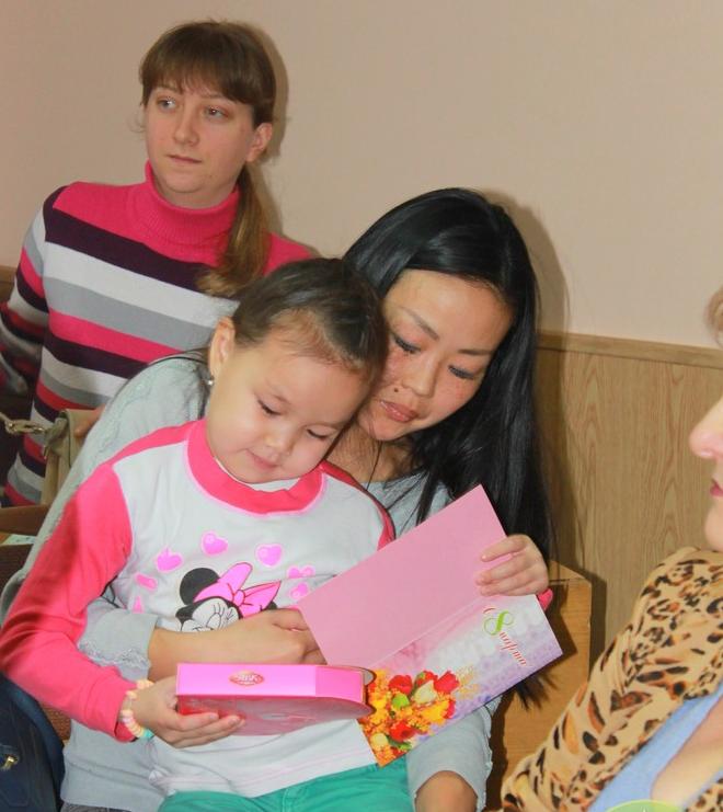 В Саксаганском районе поздравили с 8 марта прекрасных криворожанок, имеющих почетное звание Украины «Мать-героиня» (ФОТО) (фото) - фото 1