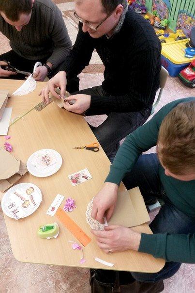 Декоративные ленты, бусины, цветочки из бумаги. Как папы воспитанников детского сада №3 в Новополоцке готовились к 8 Марта (фото) - фото 2