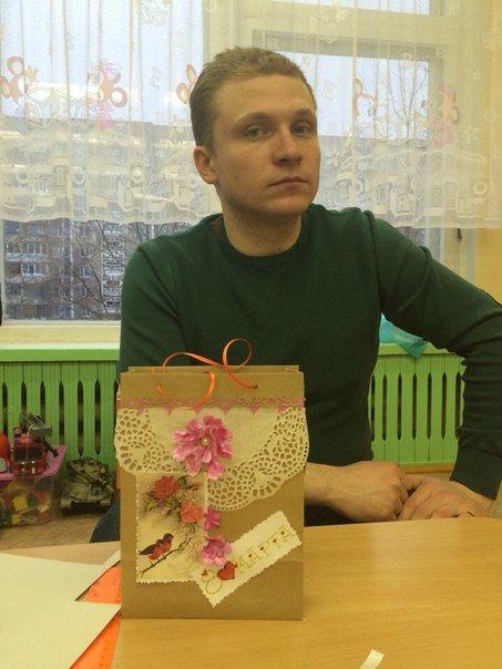 Декоративные ленты, бусины, цветочки из бумаги. Как папы воспитанников детского сада №3 в Новополоцке готовились к 8 Марта (фото) - фото 5