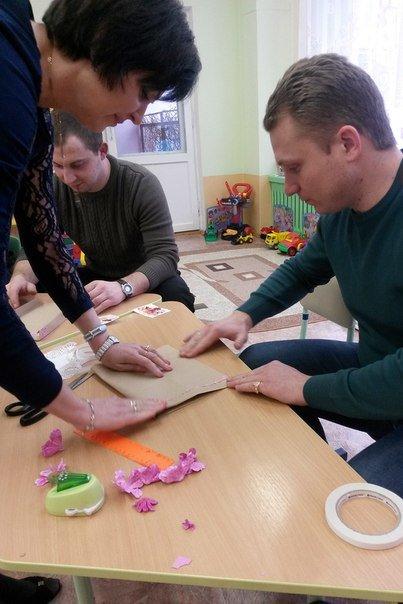 Декоративные ленты, бусины, цветочки из бумаги. Как папы воспитанников детского сада №3 в Новополоцке готовились к 8 Марта (фото) - фото 3