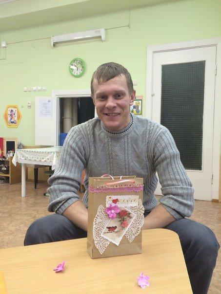 Декоративные ленты, бусины, цветочки из бумаги. Как папы воспитанников детского сада №3 в Новополоцке готовились к 8 Марта (фото) - фото 6