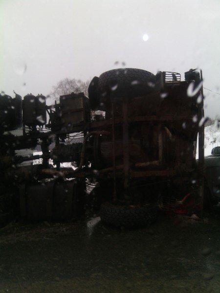 При въезде в Тверь водитель фуры не справился с управлением и опрокинулся набок (ФОТО) (фото) - фото 2