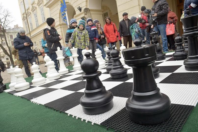 На площі Ринок встановили велику шахову дошку з фігурами (ФОТОФАКТ), фото-1