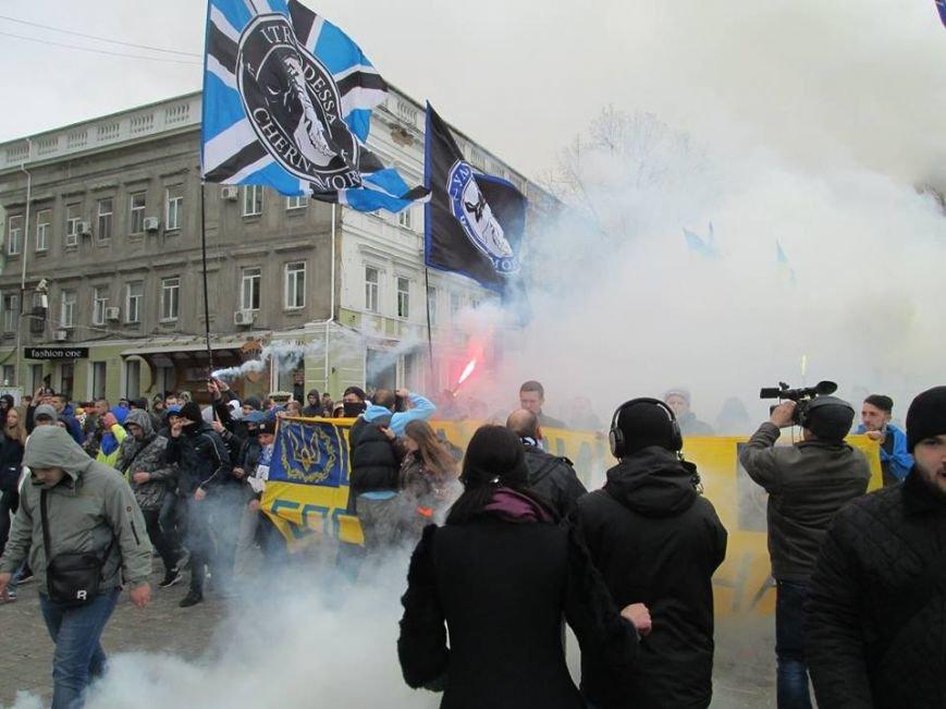 """06b9d2e45451de56b71921c078bdd286 Ультрас """"Черноморца"""" в знак поддержки клуба прошли маршем по Одессе"""