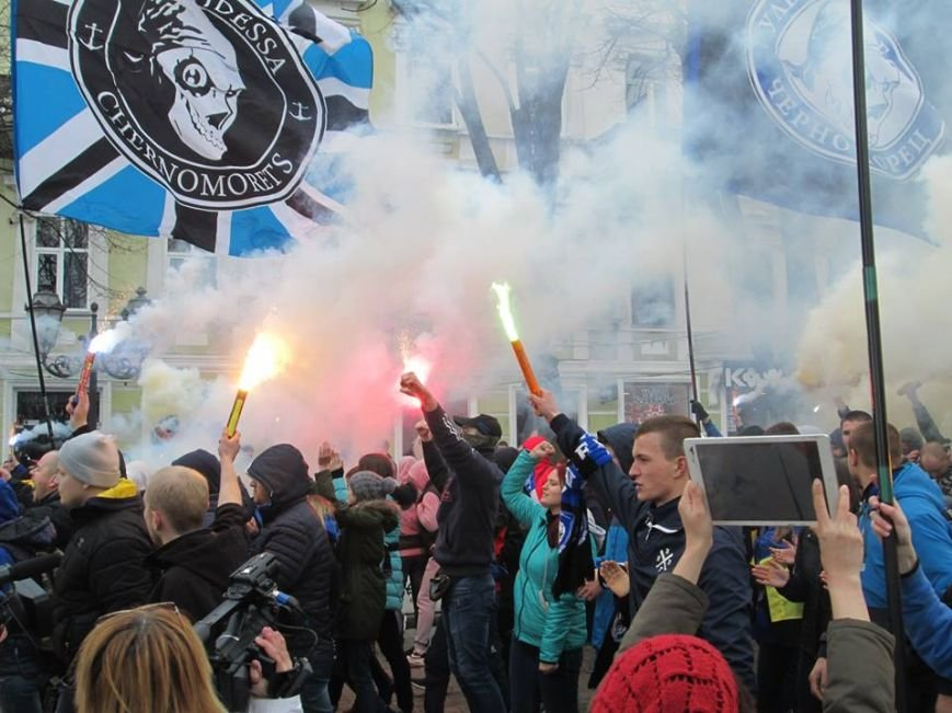 "20096410d547a0e35c2e00a1d8796b17 Ультрас ""Черноморца"" в знак поддержки клуба прошли маршем по Одессе"