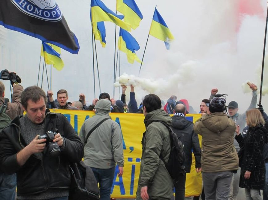 """c7cd597fcd93b403ecaf51278b1673b4 Ультрас """"Черноморца"""" в знак поддержки клуба прошли маршем по Одессе"""