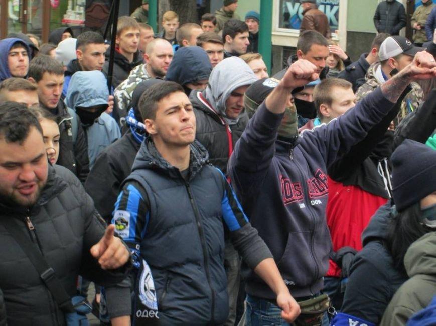 """ee5e88bf5df4232af3cec1f8276078d1 Ультрас """"Черноморца"""" в знак поддержки клуба прошли маршем по Одессе"""