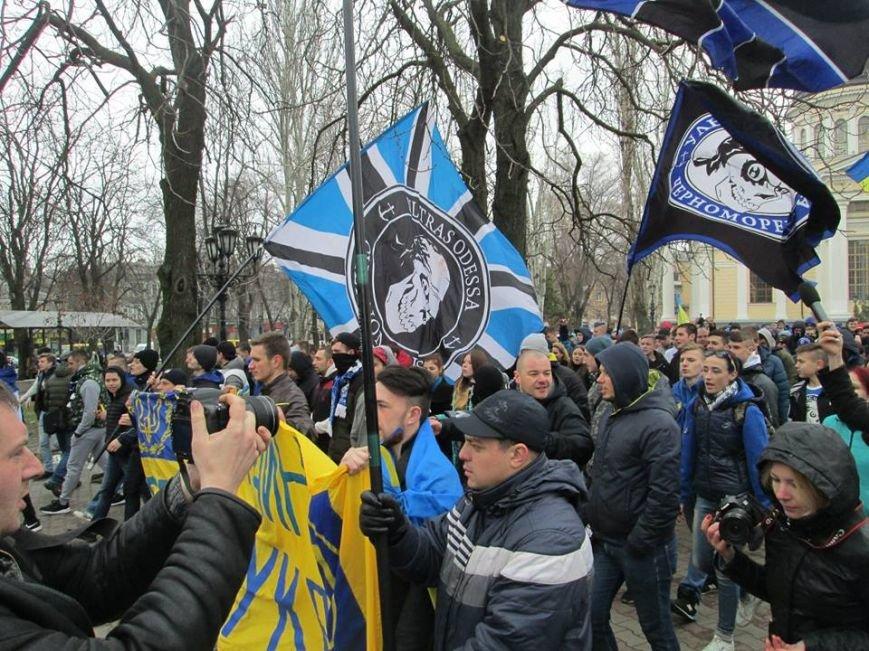 """f740e7fe99cb2defec393572cca761fb Ультрас """"Черноморца"""" в знак поддержки клуба прошли маршем по Одессе"""