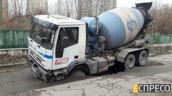 В Киеве бетономешалка провалилась под асфальт (ФОТО) (фото) - фото 1