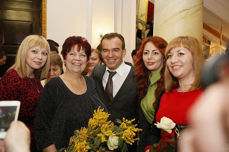 Кубанских женщин с наступающим праздником поздравил губернатор (фото) - фото 3