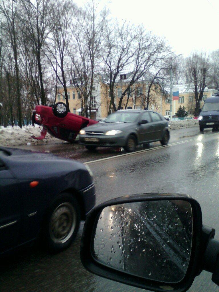 В Твери на Петербургском шоссе перевернулся легковой автомобиль (фото) - фото 1