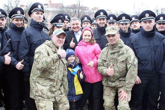 Арсений Яценюк и Арсен Аваков вручили кременчугскому полицейскому ключи от двухкомнатной квартиры (фото и видео) (фото) - фото 1