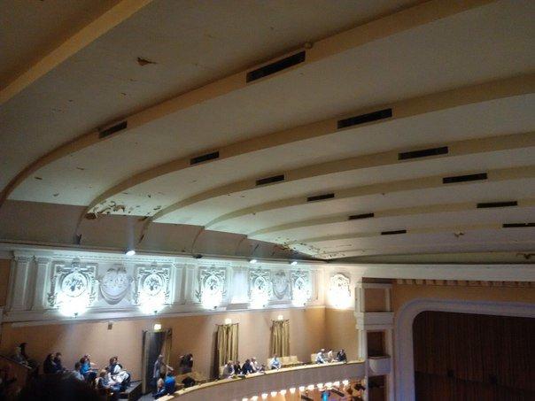 1b9fe5c9ce88f0fcafd58ad9fe08bc41 В одесском украинском театре потолок сыплется на голову артистам и зрителям