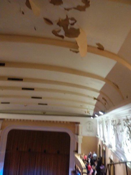 В одесском украинском театре потолок сыплется на голову артистам и зрителям (ФОТО) (фото) - фото 1