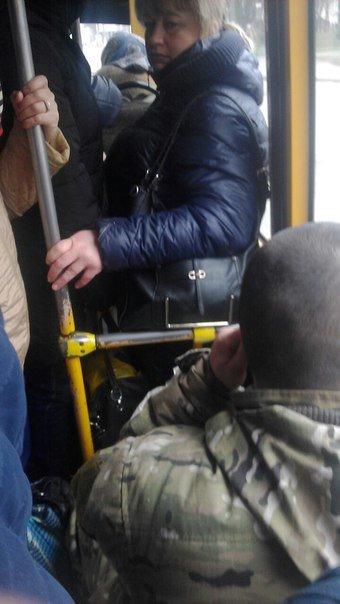 0f9e3679bfd7174f25971e897630e679 Соцсети возмутил военный, который забыл уступить место женщинам в одесской маршрутке