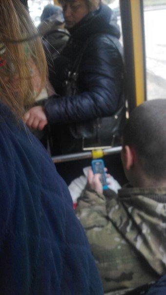 119abd97e4f3244113674130e61ce366 Соцсети возмутил военный, который забыл уступить место женщинам в одесской маршрутке