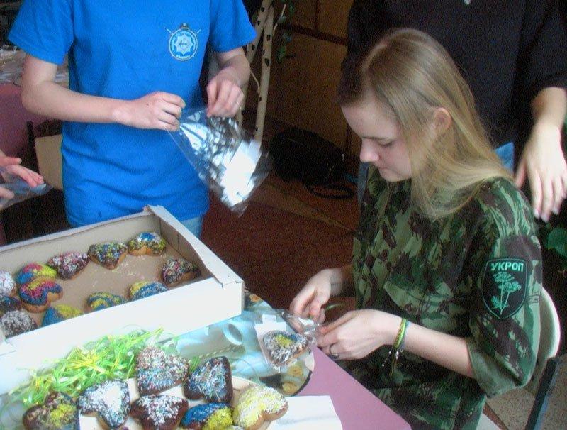 Участники Славянской лиги будущих полицейских готовили сладкие угощения для участников АТО (фото) - фото 10