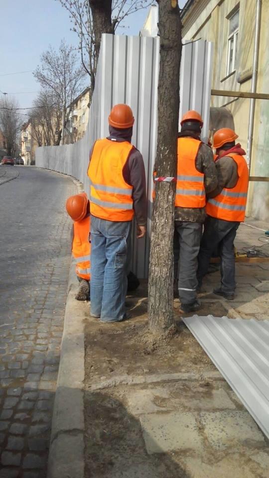Патрульні допомогли львів'янам звільнити частину тротуару на вулиці Шевченка, яку зайняли будівельники (ФОТО), фото-1