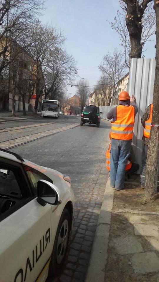 Патрульні допомогли львів'янам звільнити частину тротуару на вулиці Шевченка, яку зайняли будівельники (ФОТО), фото-2