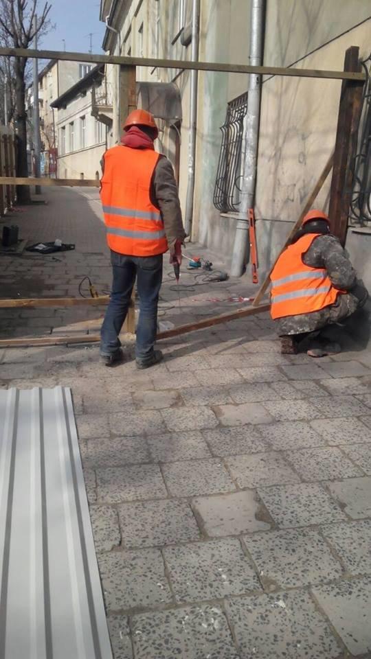 Патрульні допомогли львів'янам звільнити частину тротуару на вулиці Шевченка, яку зайняли будівельники (ФОТО), фото-3