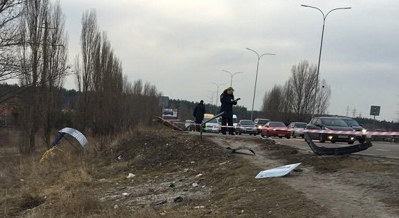 В Киеве водитель иномарки врезался в остановку, есть погибшие (ФОТО) (фото) - фото 1