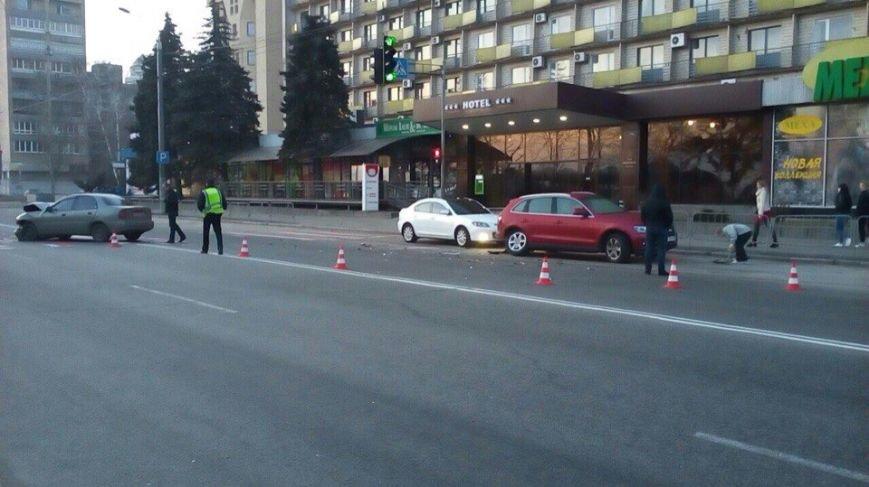 Возле гостиницы «Днепропетровск» столкнулись Audi и Lanos, а маршрутка № 22 врезалась в легковушку (фото) - фото 5