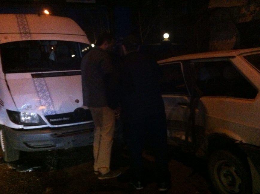 Возле гостиницы «Днепропетровск» столкнулись Audi и Lanos, а маршрутка № 22 врезалась в легковушку (фото) - фото 2