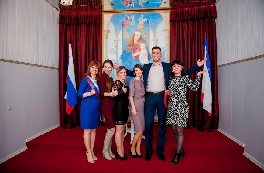 В ялтинском ЗАГСе зал для торжественных церемоний стал нарядным и современным, фото-5