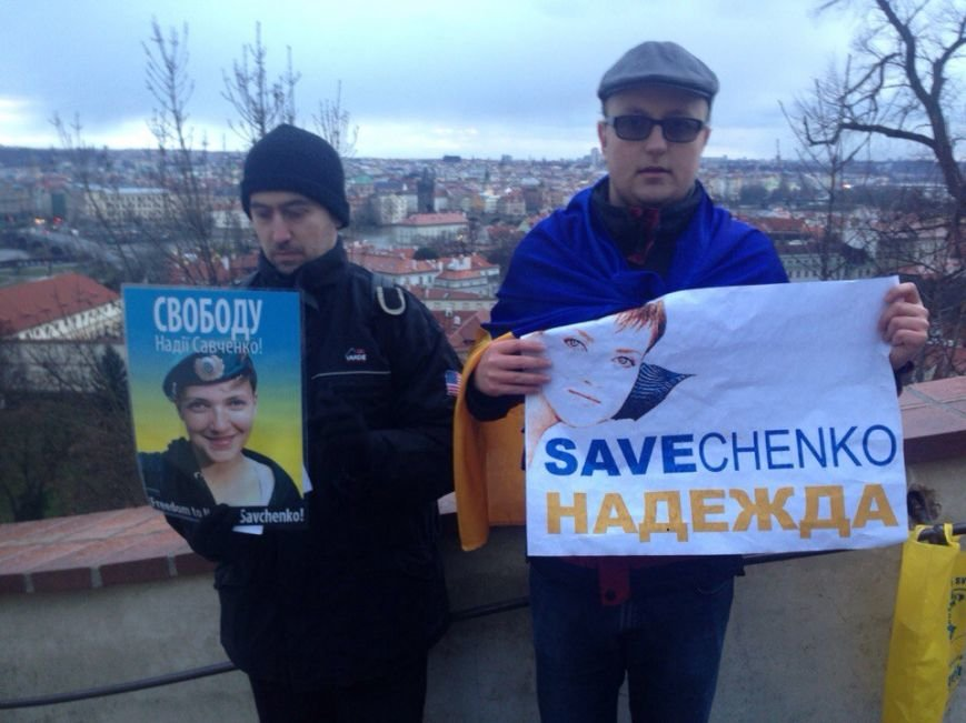 Біля резиденції президента Чехії - мітинг у підтримку Надії Савченко (ФОТО) (фото) - фото 1