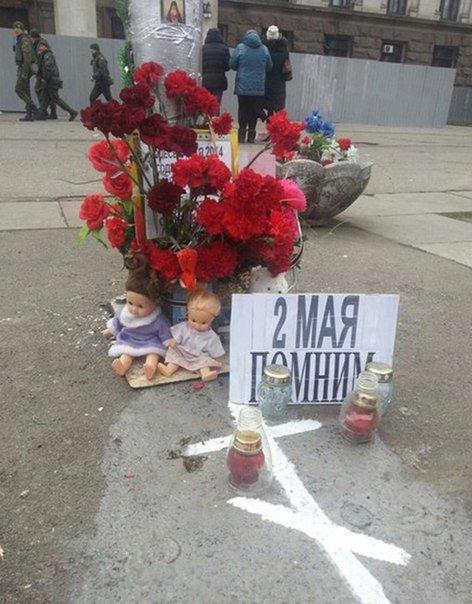 На Куликовом поле раскладывают куклы в память о вымышленных погибших детях (ФОТО) (фото) - фото 1