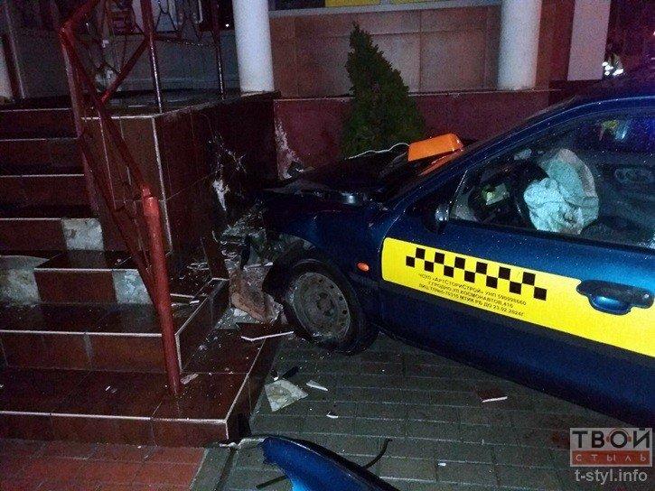 В Гродно водитель такси не справился с управлением и въехал в стену одного из бизнес-центров (фото) - фото 3