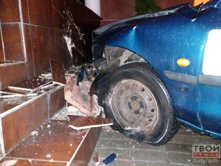 В Гродно водитель такси не справился с управлением и въехал в стену одного из бизнес-центров (фото) - фото 4