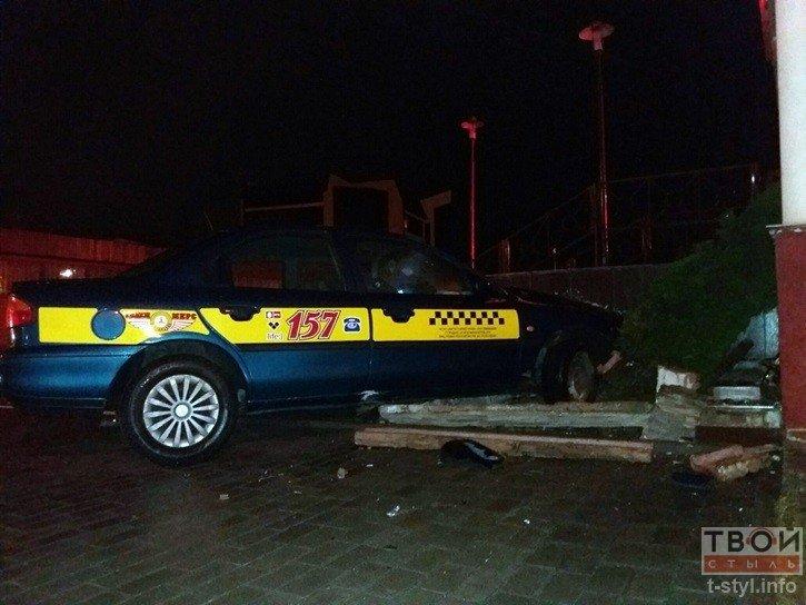 В Гродно водитель такси не справился с управлением и въехал в стену одного из бизнес-центров (фото) - фото 5