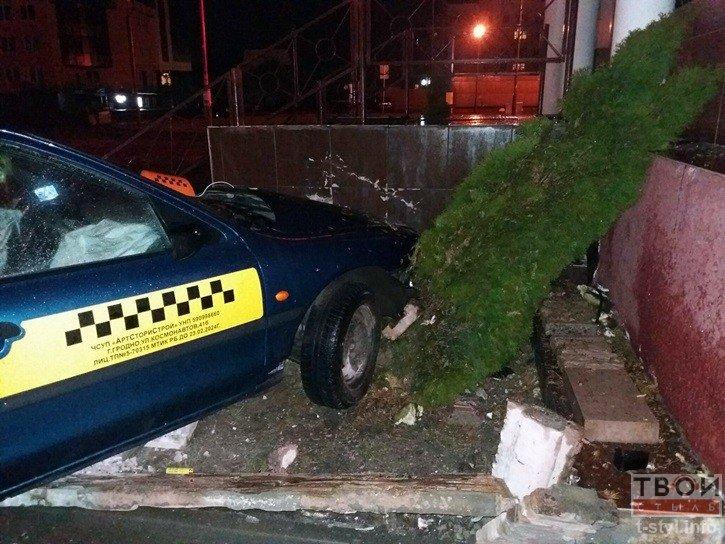В Гродно водитель такси не справился с управлением и въехал в стену одного из бизнес-центров (фото) - фото 1