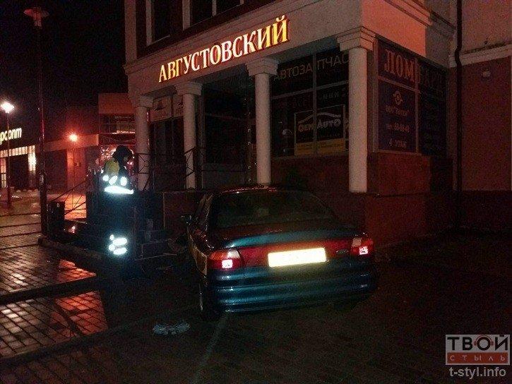 В Гродно водитель такси не справился с управлением и въехал в стену одного из бизнес-центров (фото) - фото 2