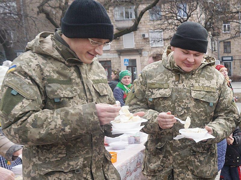 В помощь  запорожским артиллеристам устроили ярмарку с 10 тысячами вареников (ФОТО) (фото) - фото 1