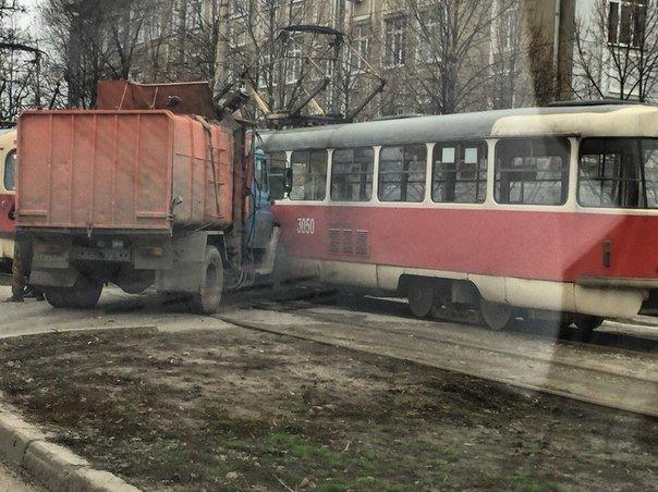 В Харькове мусоровоз столкнулся с трамваем (ФОТО) (фото) - фото 1